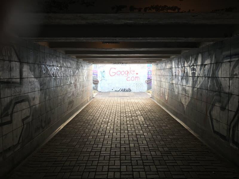 Une lumière à la fin d'un tunnel photo stock