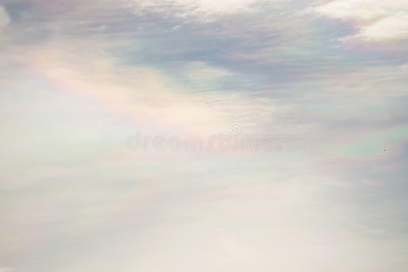 Une lumière étrange dans le ciel de soirée photos stock