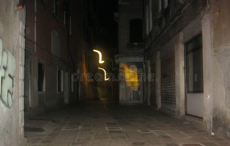 Une lumière étrange sur une rue à Venise images libres de droits