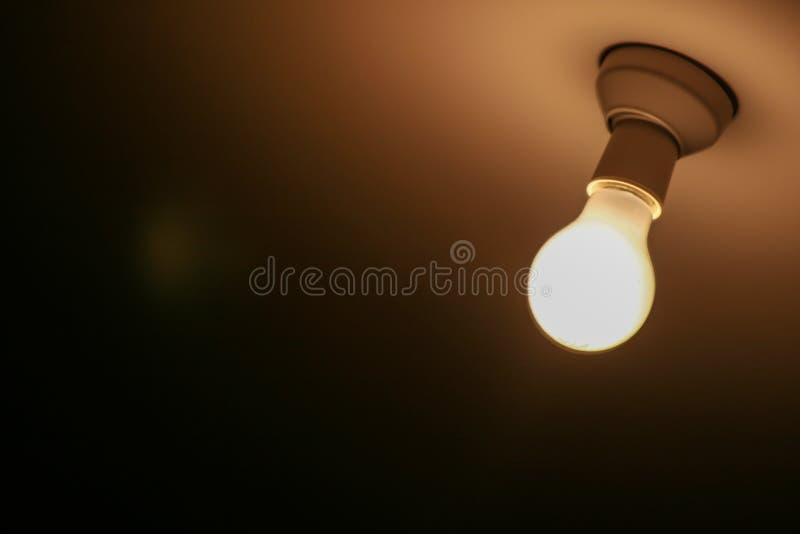 Une lumière dans l'obscurité images stock