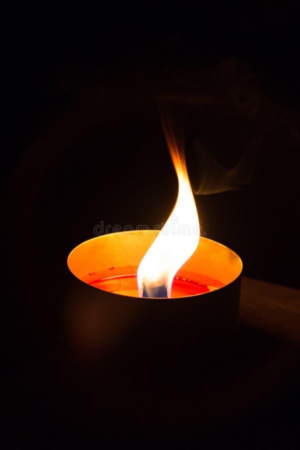 Une lumière de bougie image libre de droits