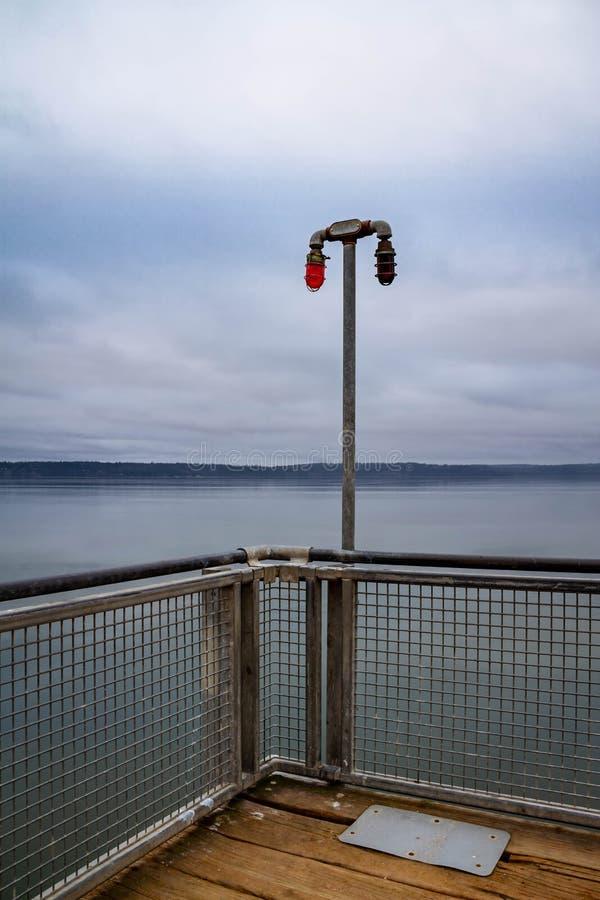 Une lumière sur l'extrémité d'un pilier photographie stock libre de droits