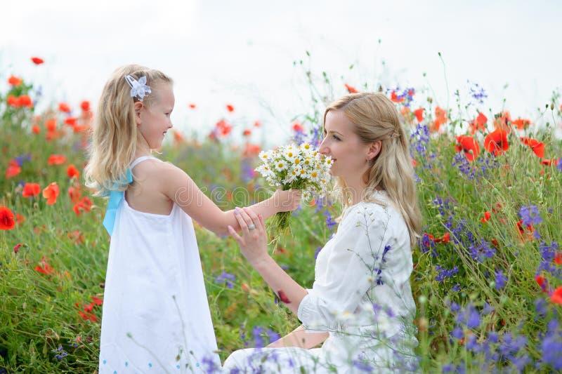 Une mère heureuse et sa jeune fille ont l'amusement La fille est h photographie stock libre de droits