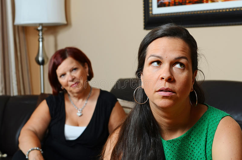 Une mère inquiétée image libre de droits