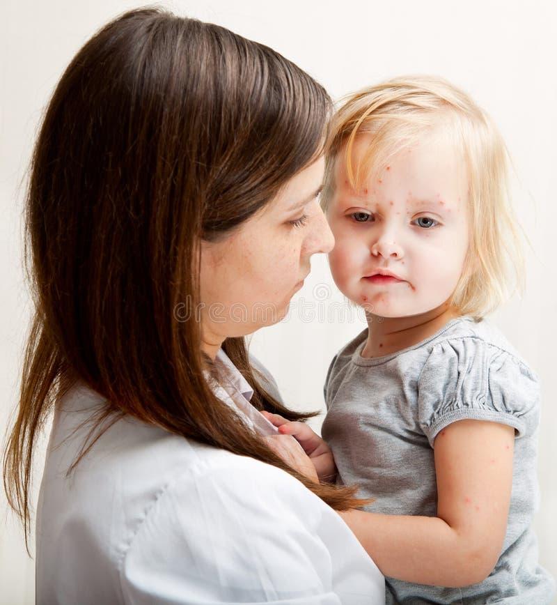 Une mère retient une fille malade. photo libre de droits