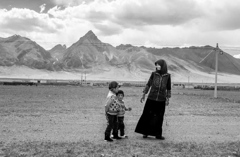 Une mère tibétaine avec ses couples des enfants image stock