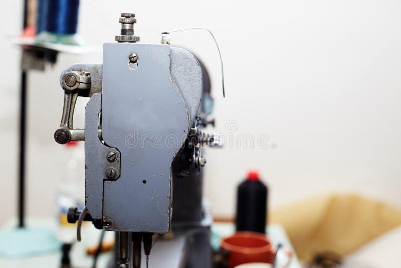 Une machine à coudre, utilisée pour la production des marchandises en cuir photo stock