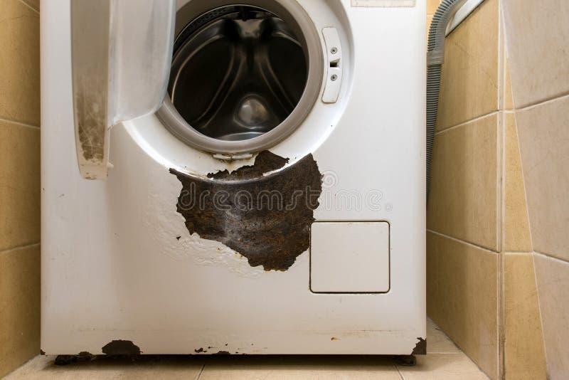 Une machine à laver rouillée dans l'intérieur images libres de droits