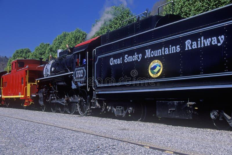 Une machine à vapeur voyageant sur grand Smokey Mountain Railway dans Waynesville, OR image libre de droits