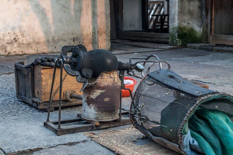 Une machine de tradition en Chine faisait le maïs éclaté photo stock