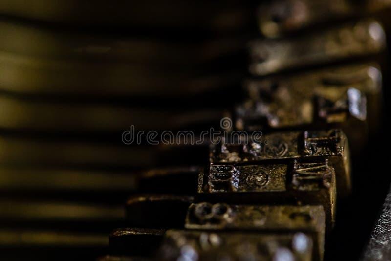 Une macro image d'un ensemble de barre de butée de machine à écrire de cru photo stock