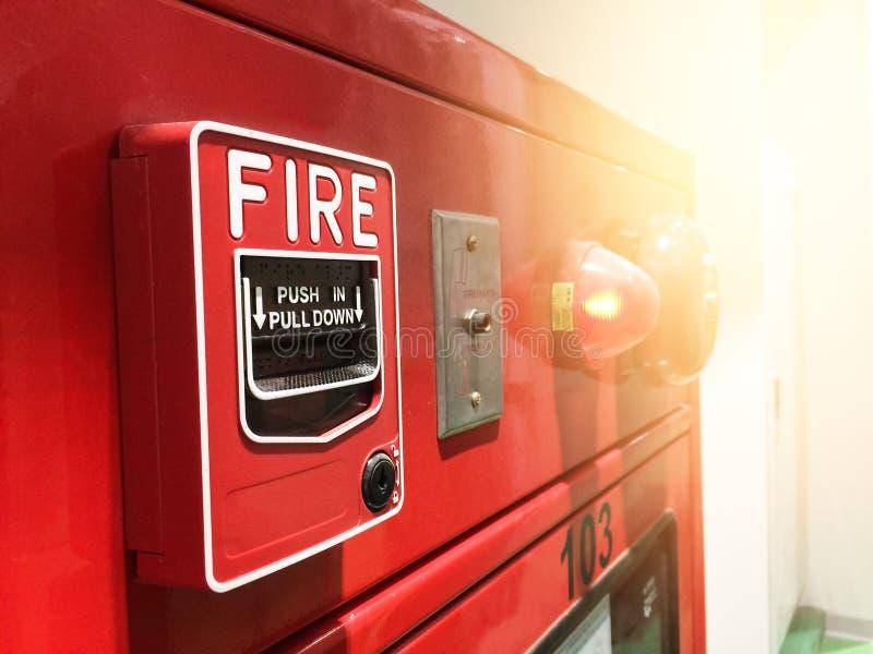 Une main atteignant et tirant un commutateur rouge d'alarme d'incendie Signal d'incendie rouge photos libres de droits