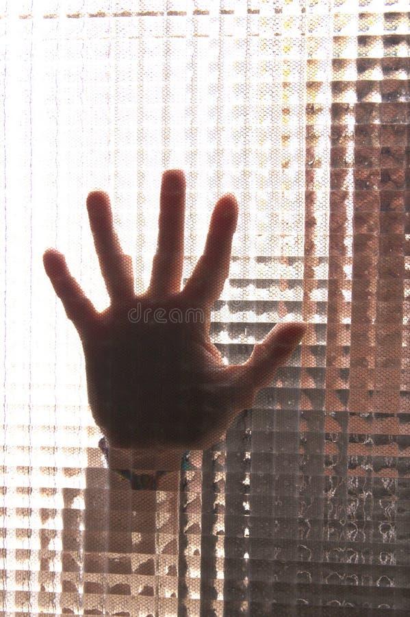 Une main coincée à un verre photographie stock libre de droits