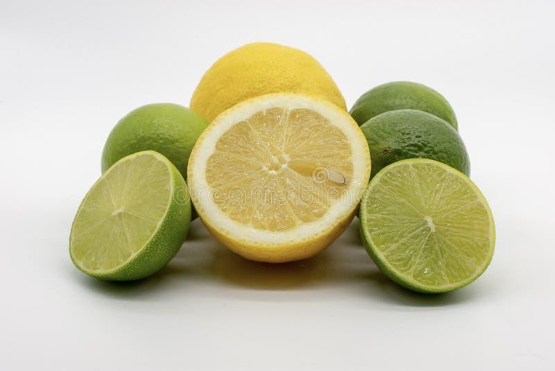 Une main complètement des citrons et des chaux photo stock