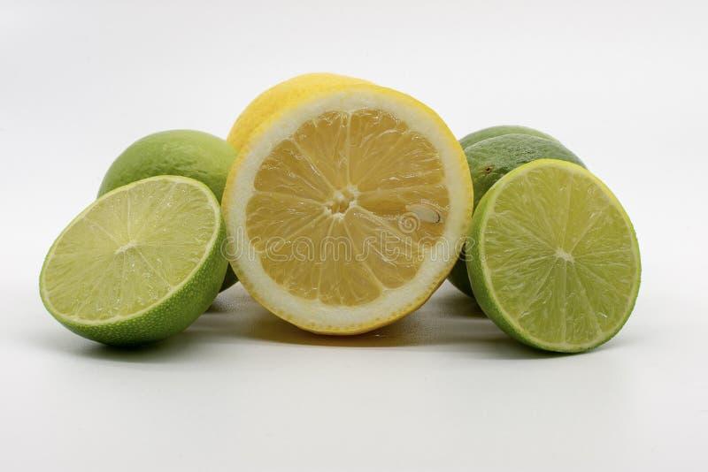 Une main compl?tement des citrons et des chaux image libre de droits