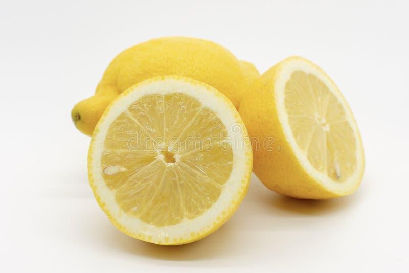 Une main compl?tement des citrons image stock