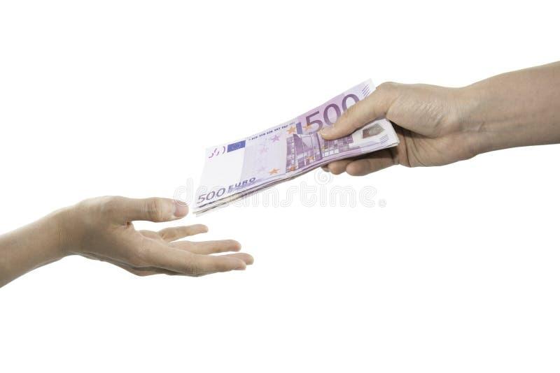 Une main donnant cinq cents euro factures et l'autre réception images stock