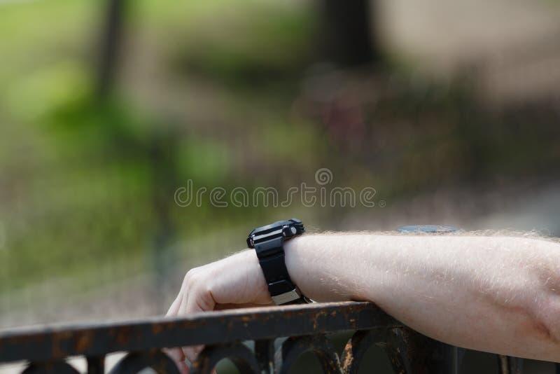 Une main du ` s d'homme accroche sur la balustrade photographie stock libre de droits