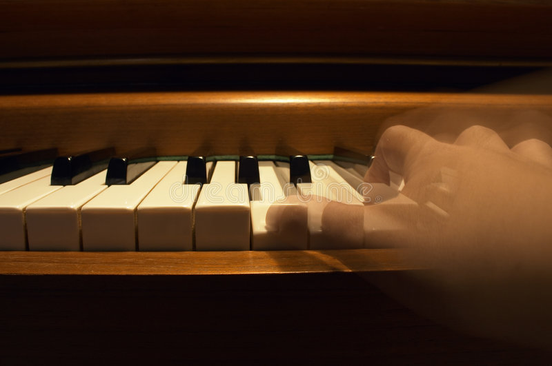 Une main jouant le piano photos stock