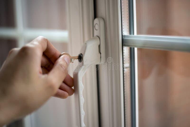 Clé de fenêtre d'ouverture photo libre de droits