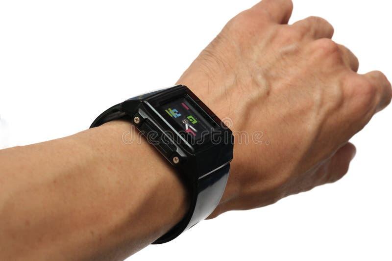 Une main utilisant une montre en caoutchouc noire photos libres de droits