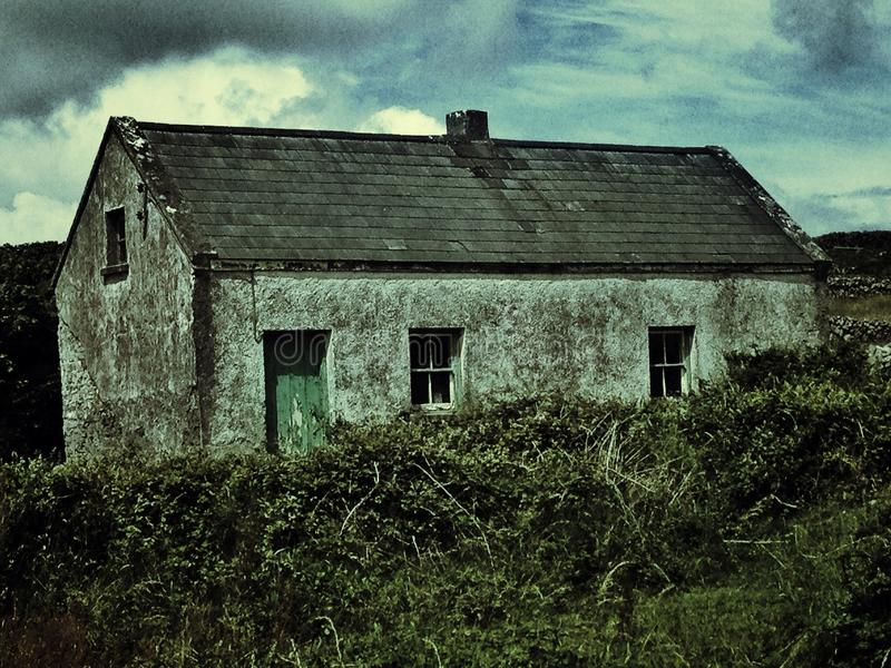 Une maison abandonnée folle sur Aran Islands dedans photographie stock libre de droits