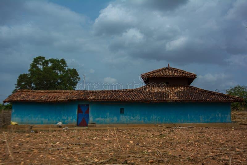 Une maison bleue de boue dans un village dans l'Inde centrale photo stock