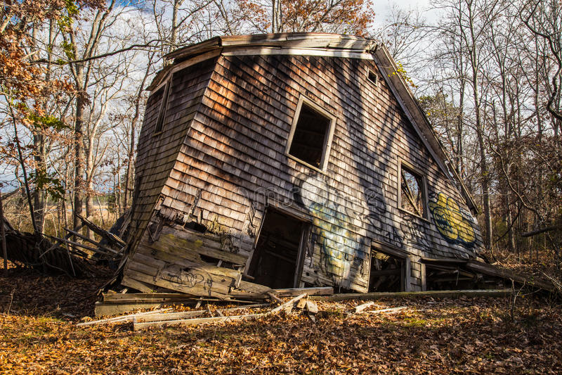une maison d labr e dans les bois port de fl chissement new york image stock image du temps. Black Bedroom Furniture Sets. Home Design Ideas