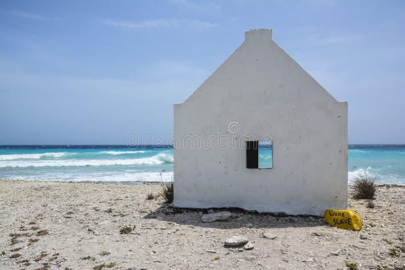 Une maison d'esclave blanc sur l'île des Caraïbes Bonaire image stock