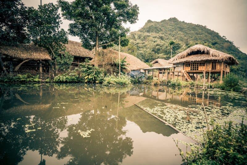 Une maison dans la jungle du Vietnam images libres de droits