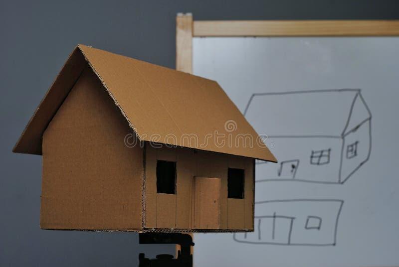 Une maison de carton image libre de droits