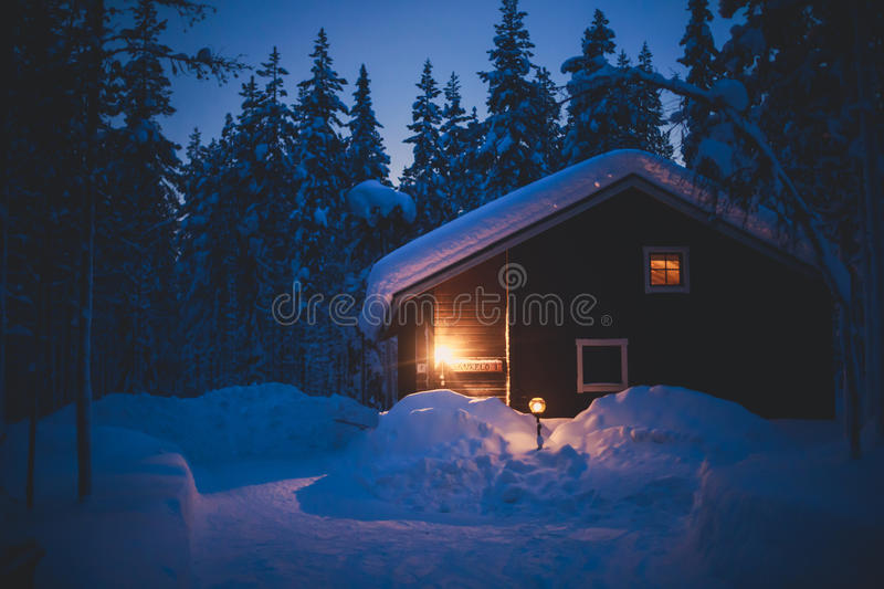 Une maison en bois confortable de chalet de cottage près de station de sports d'hiver en hiver photo stock