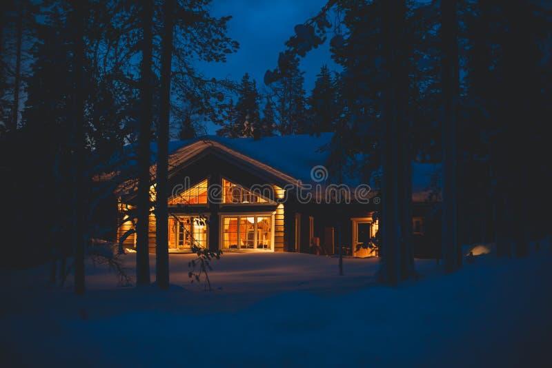 Une maison en bois confortable de chalet de cottage près de station de sports d'hiver en hiver photo libre de droits