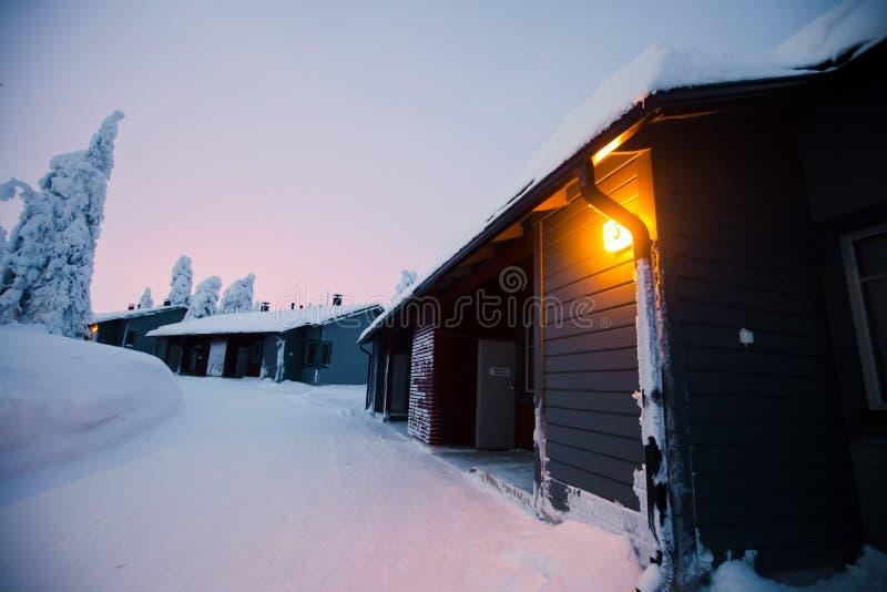 Une maison en bois confortable de chalet de cottage près de station de sports d'hiver en hiver photos libres de droits