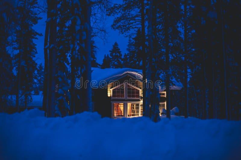 Une maison en bois confortable de chalet de cottage près de station de sports d'hiver en hiver image stock