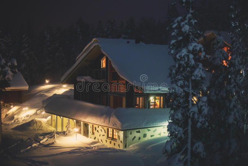 Une maison en bois confortable de chalet de cottage près de station de sports d'hiver en hiver photographie stock