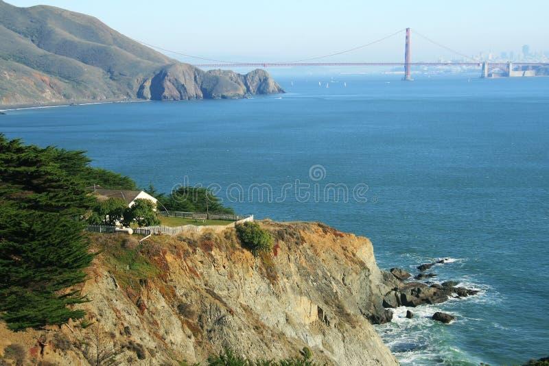 Une maison et un pont en porte d'or sur le fond photographie stock