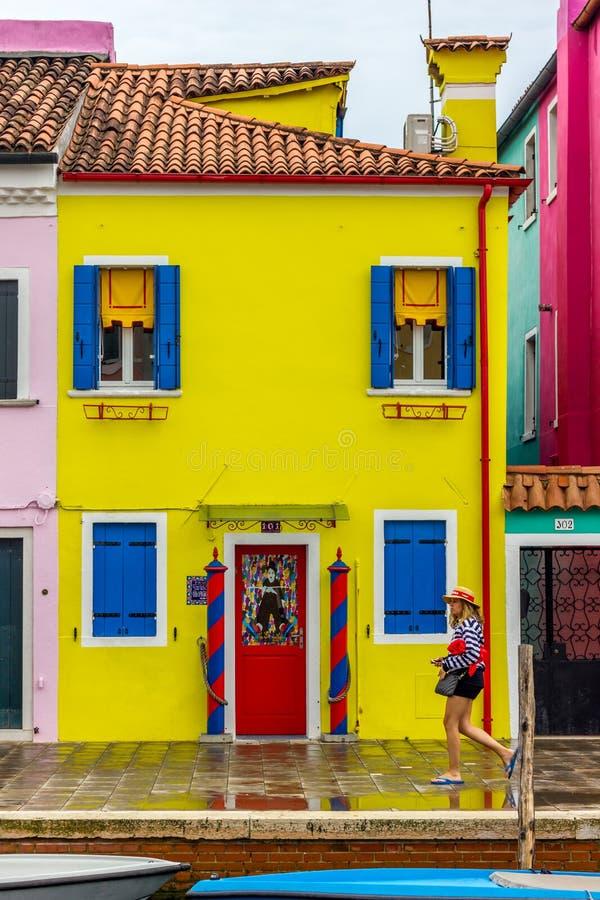 Une maison jaune de pêcheur dans Burano, Venise photographie stock libre de droits