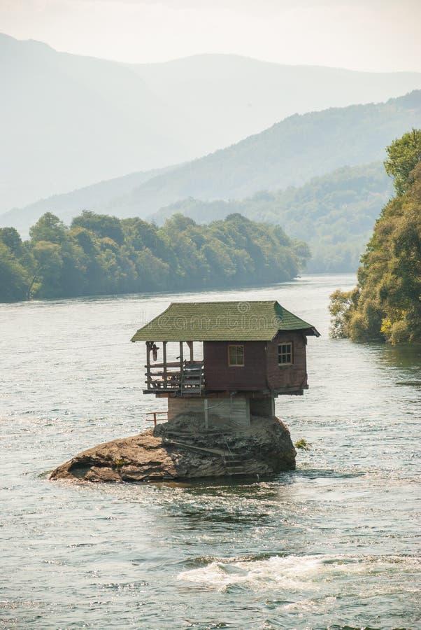 Une maison minuscule sur la rivière Drina photographie stock