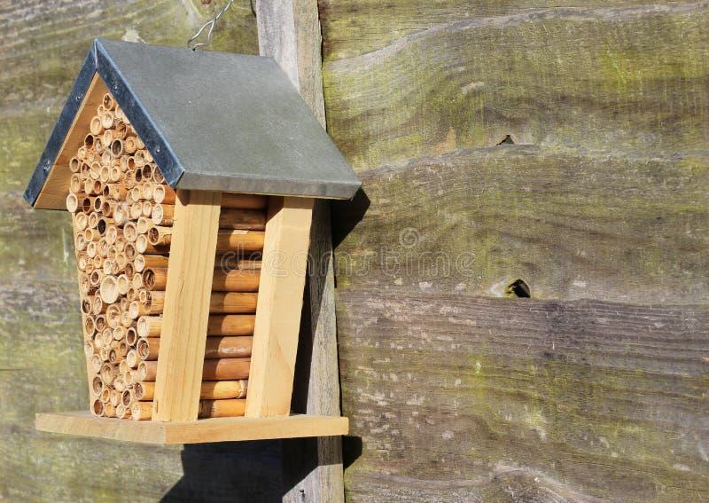 Une maison ou une ruche d'abeille photos stock