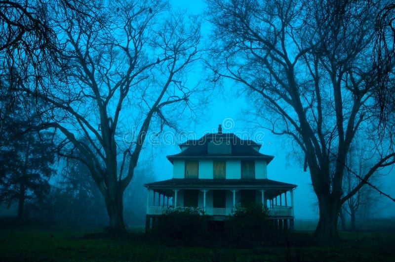 Une maison rampante un jour brumeux photo stock