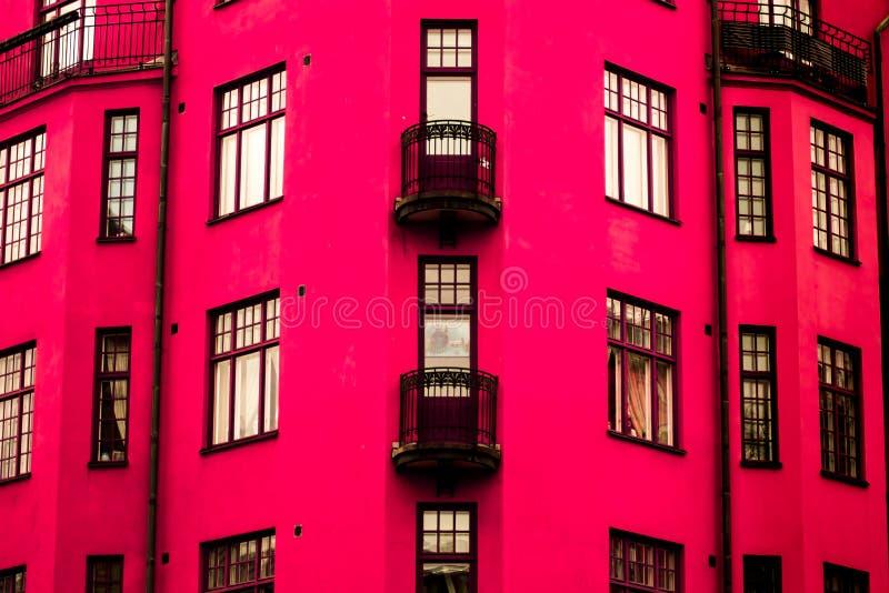 Une maison rose vibrante photo stock