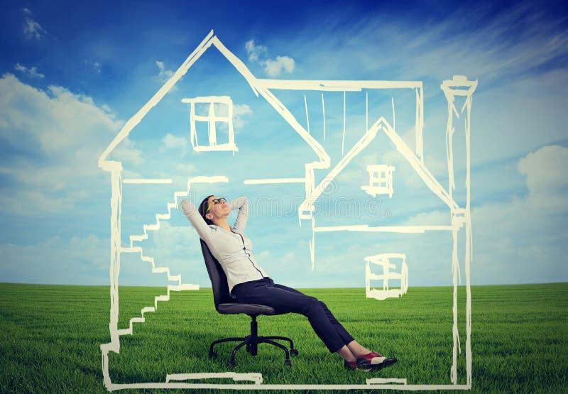 Une maison sûre Femme heureuse appréciant son jour dans une nouvelle maison images libres de droits