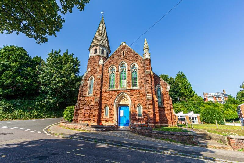 Une majestueuse église colorée de la vieille ville sous un ciel majestueux bleu image stock
