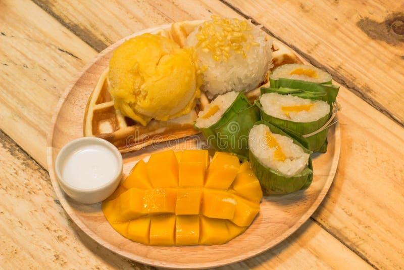 Une mangue de riz collant avec la crème glacée et la gaufre dans la lumière chaude photographie stock libre de droits