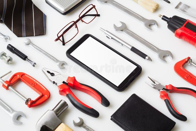 Une maquette plate pour le téléphone intelligent Avec les accréditations de l'homme et les outils de construction essentiels trav photo libre de droits