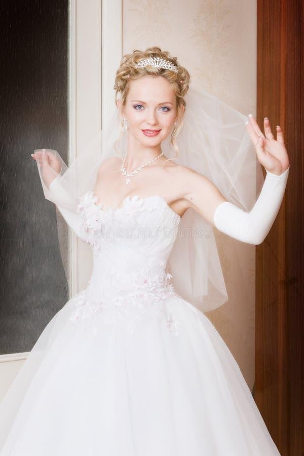 Une mariée avec un voile à la maison photographie stock