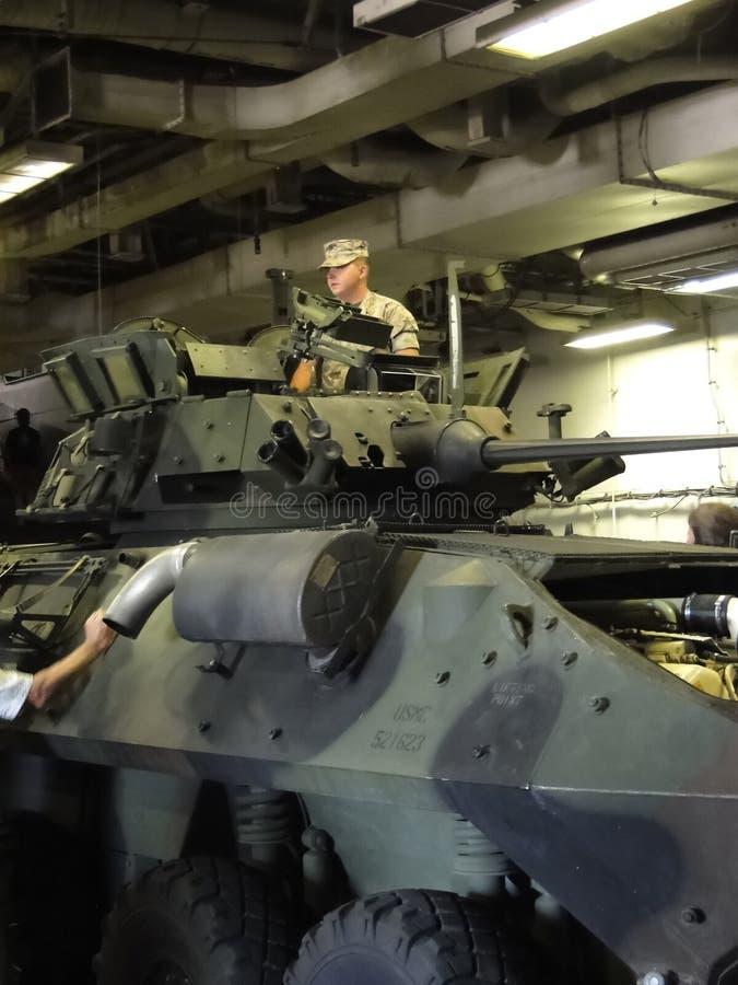 Une marine montre son véhicule blindé léger (les toilettes) image stock