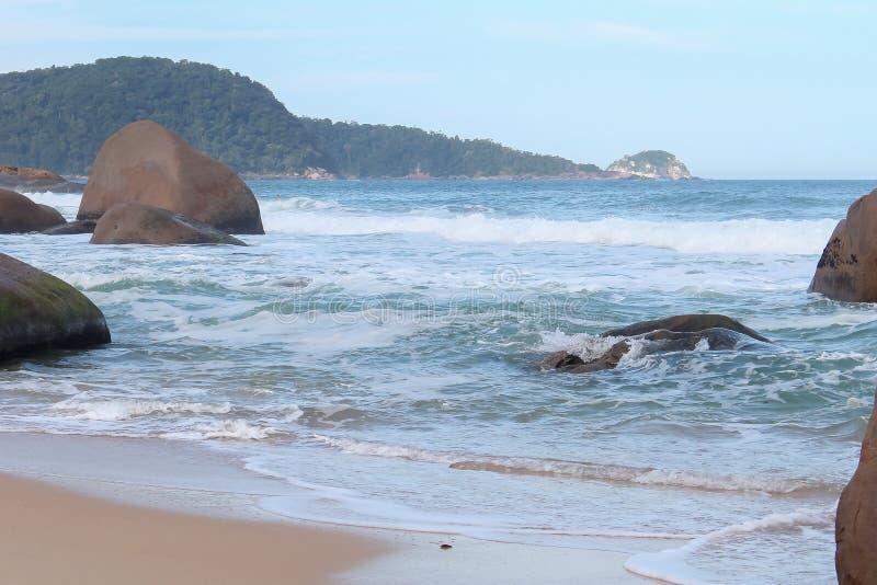 Une mer bleue avec de grandes pierres image libre de droits