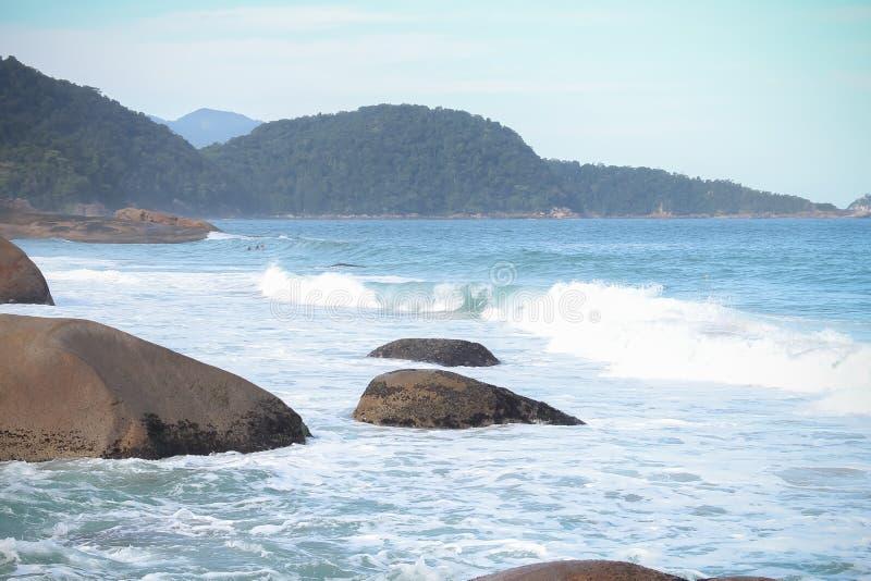 Une mer bleue avec de grandes pierres photos libres de droits